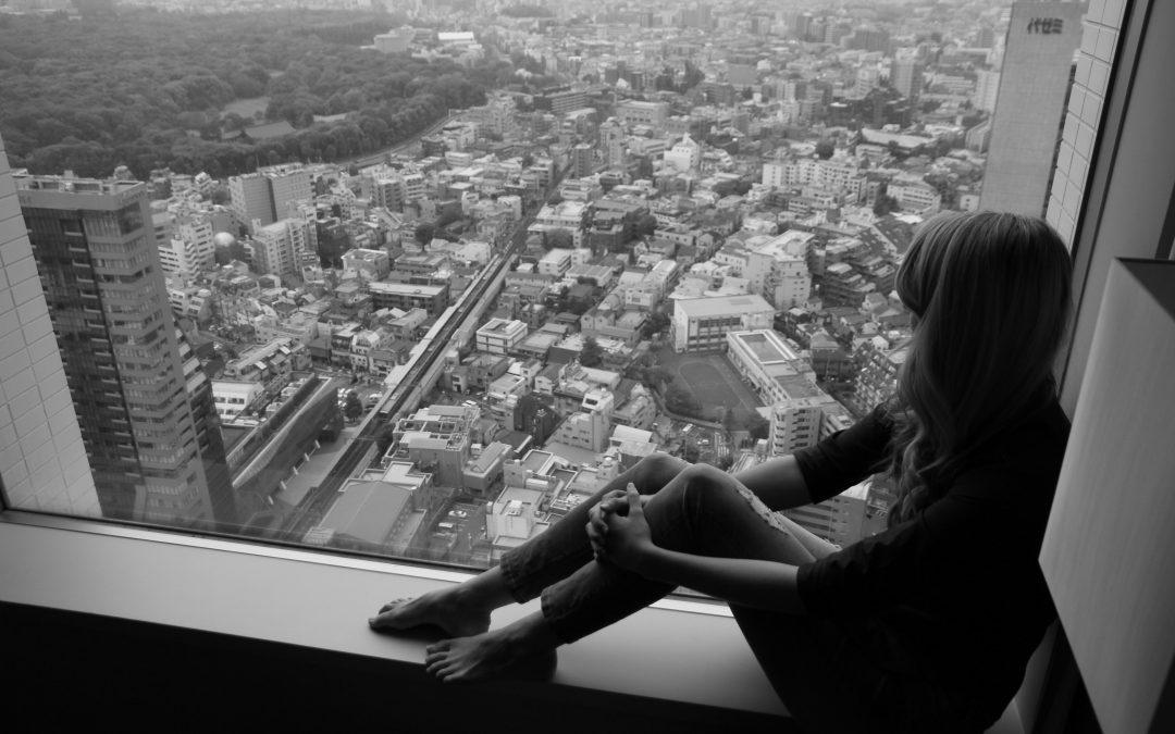 Una mujer que mira por la ventana
